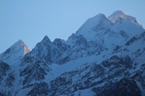 Blick aus dem Fenster unseres Hotels in Munsyari auf die 7000m hohen Gipfel der Panchachuli-Gruppe
